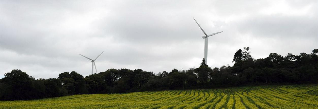 Eoliennes dans un champs a Cast transition énergétique